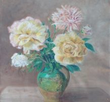 Roses et dahlia au pichet vert